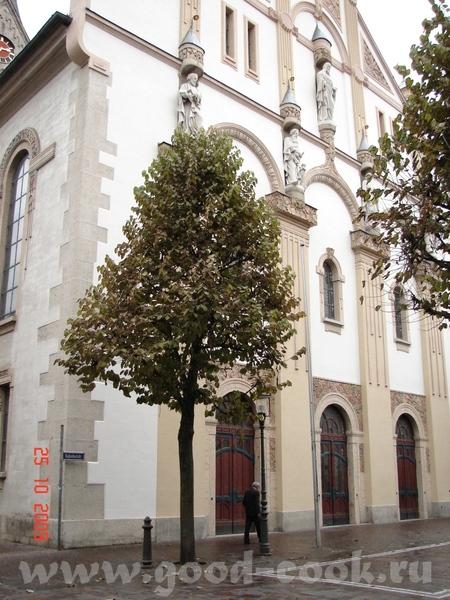вот церковь но жаль не возможно подальше её сфоткать отхожу дальше деревья мешают , ещё дальше дома...