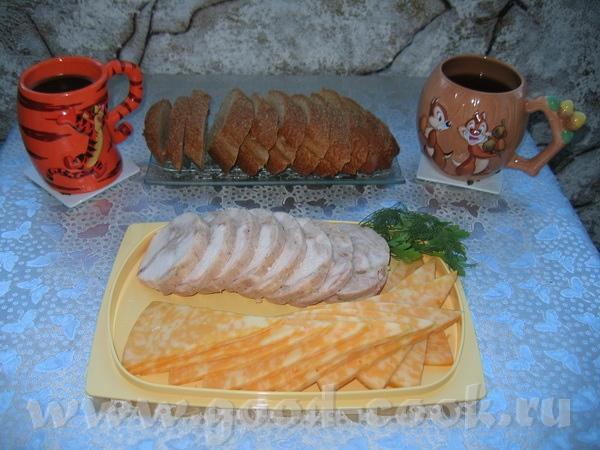 быстрый завтрак с кофе, готовым куриным рулетом и сыром
