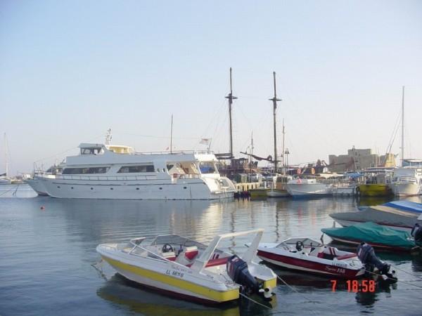 На набережной находится порт, он, правда, не такой раскошный и красивый как в Лимассоле, но все же...