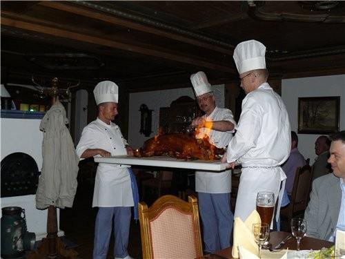 Ещё раз Альпы От фирмы ужинали в ресторане, где подавали поросёнка зазаренного на вертеле - 2