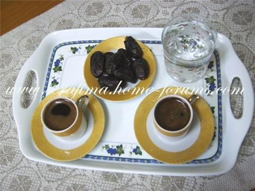 А я вам вот арабский кофиЙ прытаШШЫла Подают его со стаканом холодной воды и по желанию ставят таре...