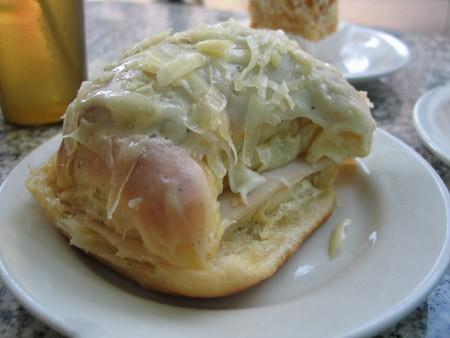 Муж заказал круассан с сыром и индейкой под соусом бешамель Ну, а мне, конечно, кофе и сладости (и...