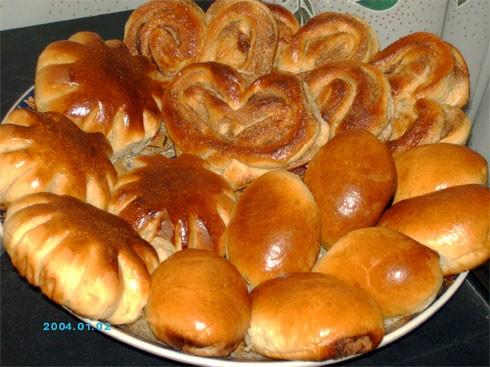 угощайтесь плюшками с корицей и сахаром, булочками и пирожками с яблоками