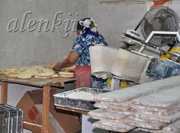 Хозяйка готовые питы упаковывает по пакетам