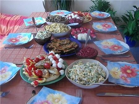 """девочки отчет с дня рождения сына общий вид стола с салатами и закусками подробнее: салат """"Министер..."""