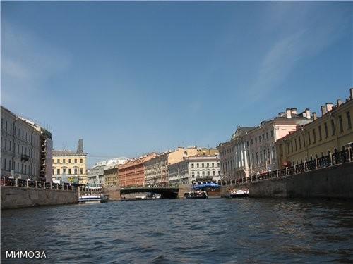 Это катер разворачивается обратно - и виден Невский проспект Теперь более крупно здание слева - в с...