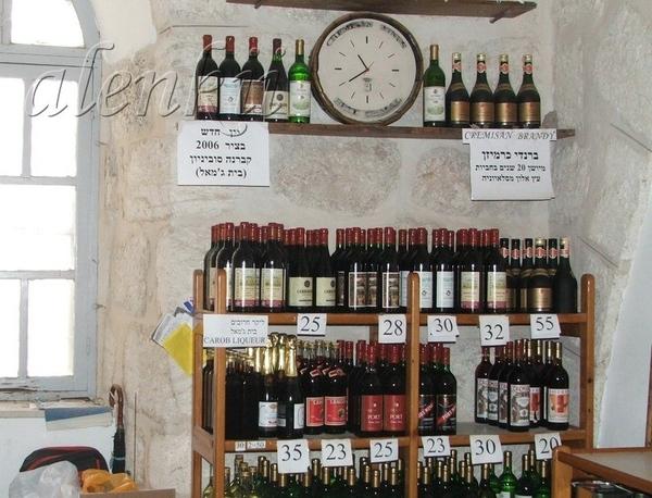 При монастыре есть небольшой магазинчик, где можно попробовать и приобрести вина, бренди и оливково...