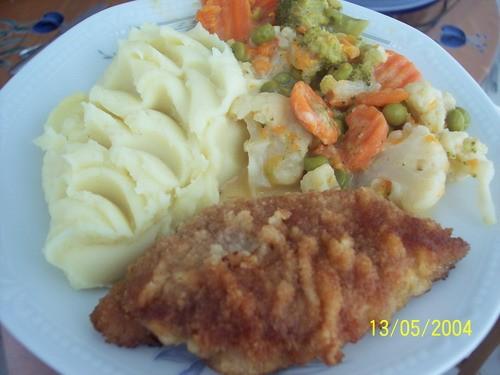 наш сегоднешний обед, картоельное пюре с овощной начинкой и шнитцелем