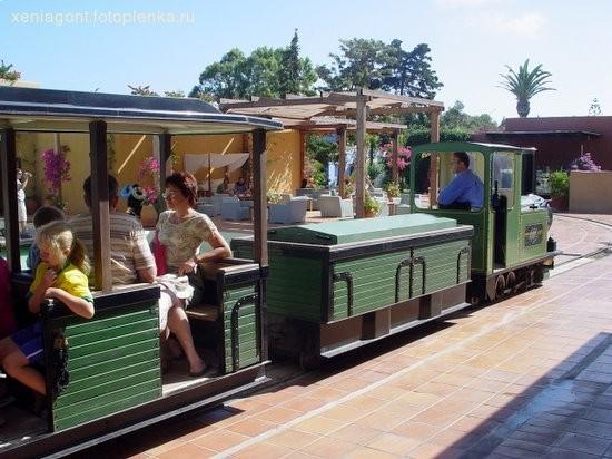 Вот такой смешной поезд ходит по территории отеля
