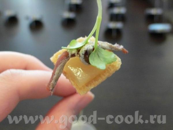 Тут оформляется следующая закуска А вот она готовая: : На тоненьком ломтике подсушеного хлеба груше... - 2