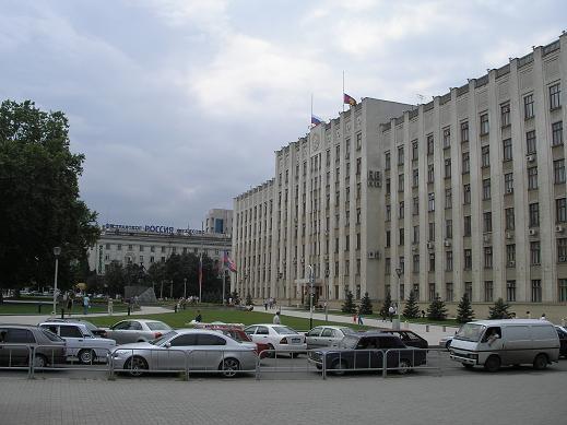 Здание администрации Краснодарского края Памятник казакам перед зданием администрации - 2