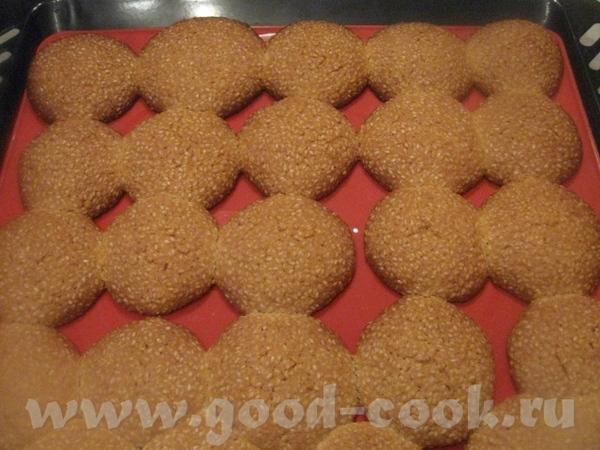 Готовое печенье вынимаем, даем немного постоять (минут 5), затем перекладываем в подходящую посуду