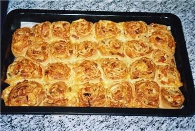 Пикантный розовый пирог фаршированный сыром и салями