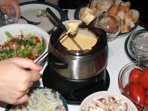 салат с креветками и помидорками черри и сырное фондю - 2