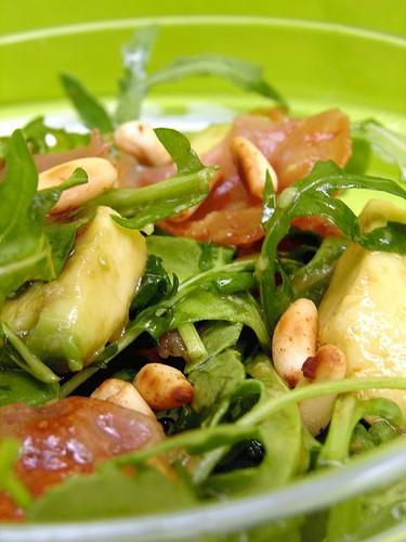 Салат с аругулой, прошуто, кедровими орехами и авокадо Поджарить ломтики прошуто пока не станут хру...