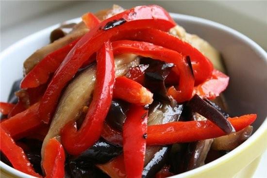 Салат из маринованных баклажанов и сладкого перца