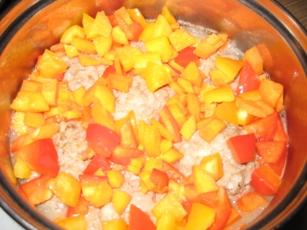 Тефтельки с овощами Готовим мясной фарш, у меня телятина с говядиной, рис варим до полуготовности - 4
