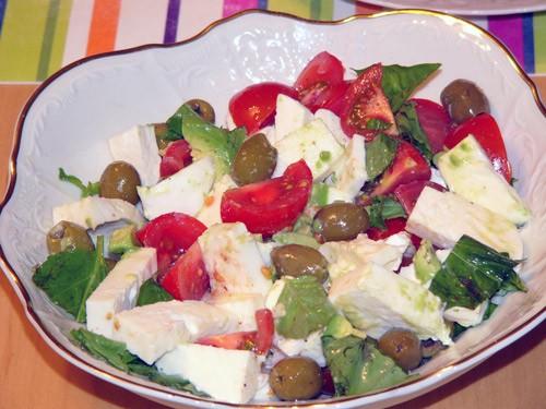 Если есть свежая моцарелла (или боккончини), то можно сделать такой же салат с этими сырами