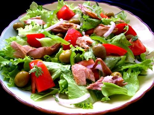 Салат с тунцом 80 г тунца 1 большой помидор 1 маленький латук 1 маленькая красная лковица 1 средний...