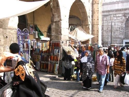 Пройдя рынок попадаем на площадь около мечети Омейядов Здесь множество лавочек торгующих всем чем м...