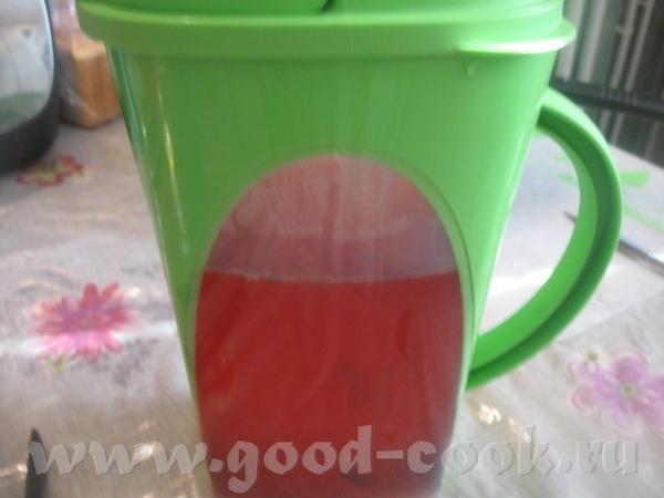 Вливаем в кувшин лимонный сок с сахаром – тут происходит чудесное превращение с цветом воды – она н...