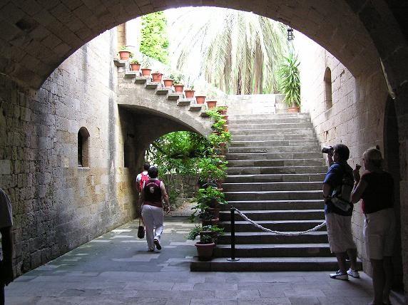 Красивый дворик: Вид на крепость из-под арки: Просто очень вид понравился: