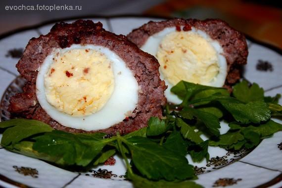 """Это """"Яйца по-шотландски"""" Ингридиенты: Мясной фарш Сырое яйцо Отварные яйца - сколько котлет, стольк..."""