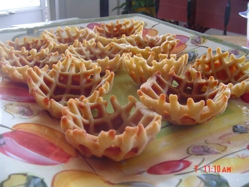 Сегодня напекла вафель, делала их маленькими и пока они были горячими, придала им форму корзиночек...