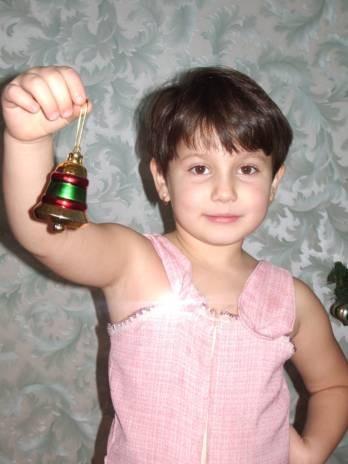 Это доченька наряжает елочку в нашем загородном доме - 2