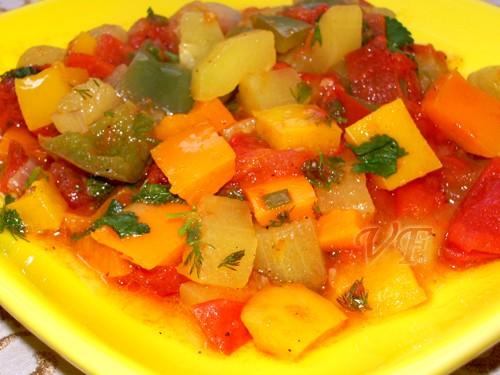 """Овощи по-провансальски Источник:""""Приятного аппетита"""" 2 цуккини 300 г помидоров 3 перца разных цвето..."""