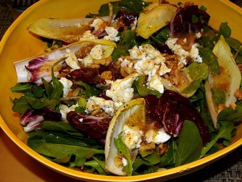 Салат с грецкими орехами 100 г рукколы (aragula) или шпината 1-2 шт эндивия (цикория) 1 небольшой к...