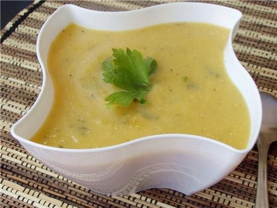 Суп-пюре из кабачков, тыквы и бататы со сметаной На 4 порции: 1 небольшая луковица 1 небольшая бата...