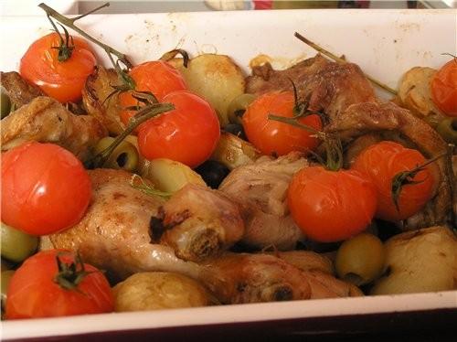Курица с картофелем, помидорами и оливками по-средиземноморски