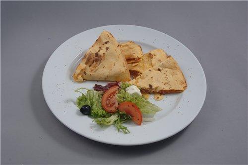 Тортиес смазать томатным соусом, положить на одну половину лепешки слегка обжаренную ветчину с беко...