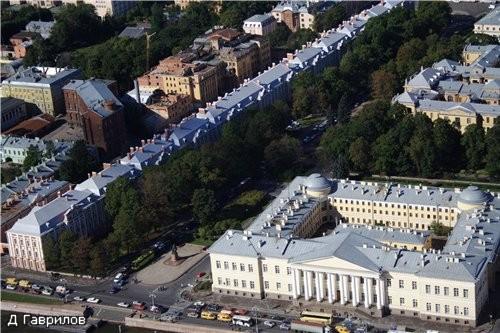 Это здание Академии наук, по диагонали здание 12 коллегий, оно стоит торцом к Неве, т