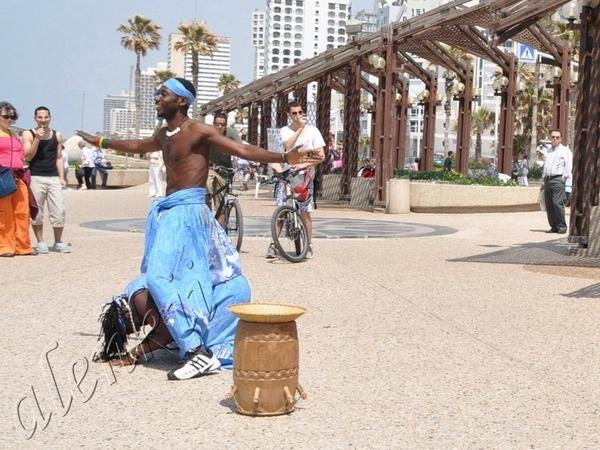Здесь бродячие артисты развлекают своим африканским фольклером проходящих по набережной отдыхающих... - 5