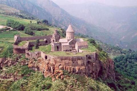 ХРАМОВЫЙ КОМПЛЕКС ТАТЕВ была сооружена в 895-906 гг