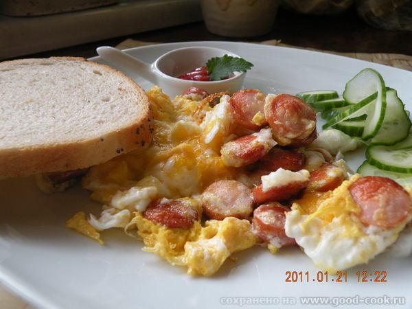 Горячее бутерброды Яишня на копченом сале Одним -Омлет с сухариками Другим- с сосисками - 7