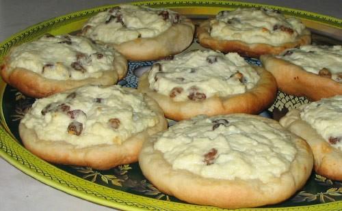 Наш сегодняшний завтрак - ватрушки из любимого хрущевского теста, слегка кривоватые, но очень вкусн...