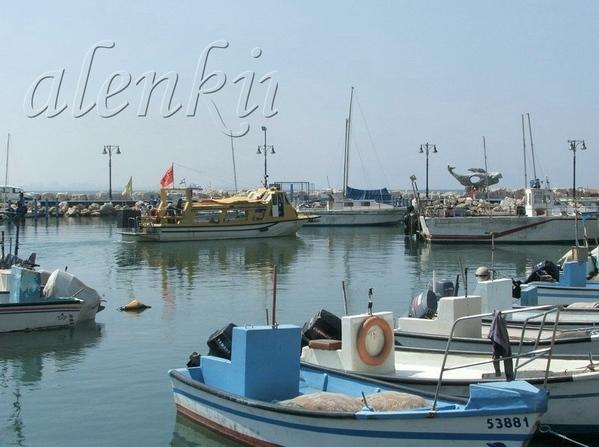 Другая улочка вывела нас в порт старого Акко, где на волнах покачиваются рыбацкие лодки,катера и ях... - 5