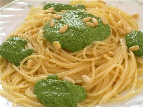 Спагетти с песто из шпината, пармезана и брынзы Канеллони с мясом под овощным соусом Спагетти с бак...