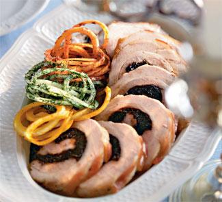 Свиной рулет с черносливом Порций: 6-8 Что нужно: свиная брюшина с кожей 1,5 кг чернослив без косто...