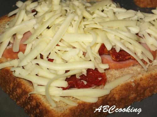 Горячие бутерброды с ветчиной,с сушёными на солнце помидорами и сыром