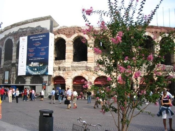 Это арена Вероны , города Ромео и Джульетты, самого романтичного в Италии и, может быть, на свете