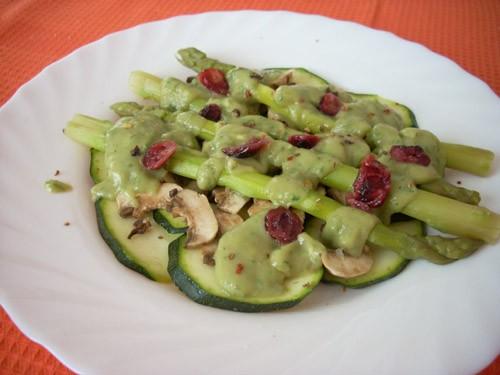 необычный салат, немного пресный- но вместо более яркого вкуса сырые шампиньоны и цуккини сохраняют...