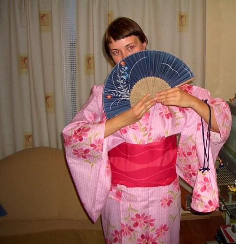 У мя такая большая приятность,друг из Японии прислал в подарок кимоно и шлепанцы мне и моему другу...