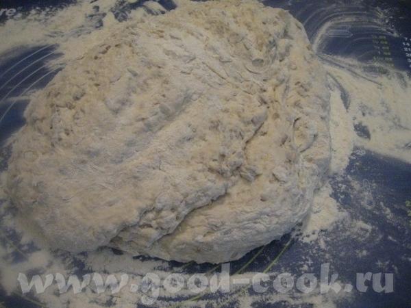 Далее, как обычно, начинаем руками месить тесто, добавляя понемногу ( по мере необходимости) муку
