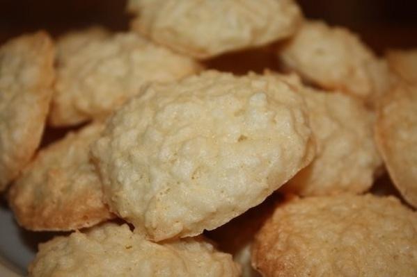 Если у вас остались белки, можно их пусть на вкусное печенье )) Кокосанчики белки 3 шт сах