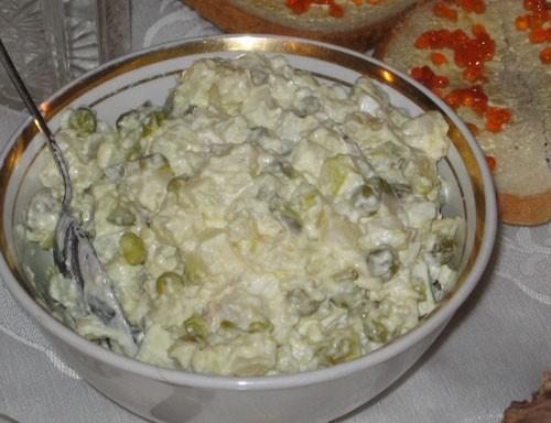 Оливье Сухарики из черного хлеба со шпротным паштетом и сол