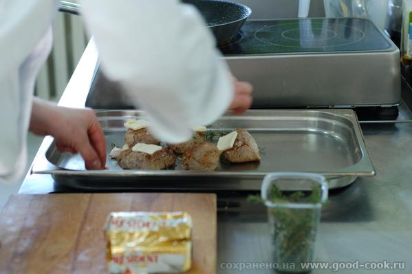 Грибной соус Обжарили стейки и собираемся убрать их в духовку со сливочным маслом, тимьяном и чесно... - 2